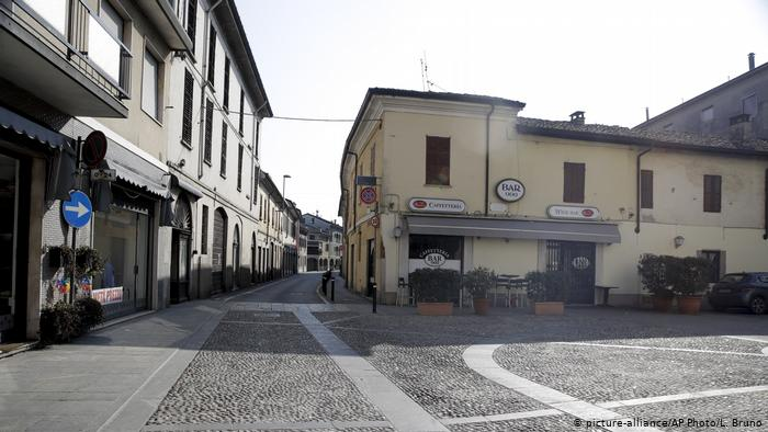 Empty streets in the town of Codogno, near Lodi, after local authorities urged residents to remain indoors. @ picture-alliance/AP Photo/L. Bruno