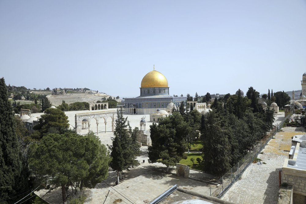 Dome of the Rock is seen at a deserted al-Aqsa mosque compound as all prayers are suspended to prevent the spread of coronavirus in Jerusalem, Monday, March 23, 2020. In Israel daily life has largely shut down with coronavirus cases multiplying greatly over the past week. © AP Photo/Mahmoud Illean